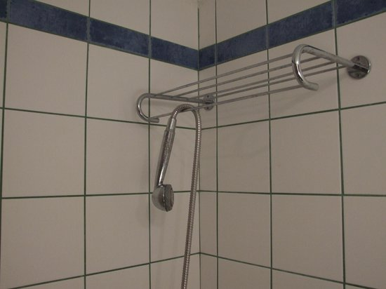 Telemachos Hotel: Nothing to hold the shower head