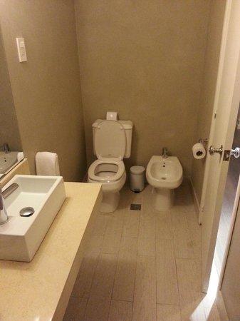 Atlantico Boutique Hotel : Banheiro muito espacoso.