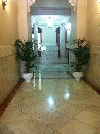 Hostal Hispano-Argentino: Entrada al edificio