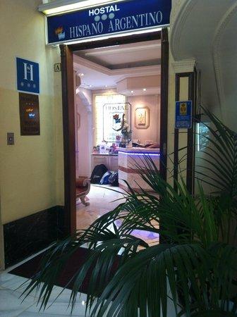 Hostal Hispano-Argentino: Entrada al establecimiento