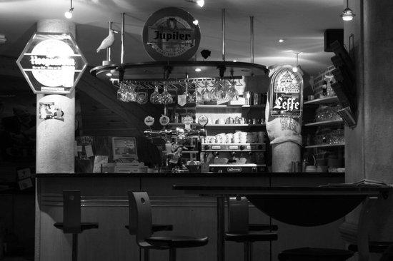 L'Estaminet : Le bar typiquement estaminet avec les briques rouges