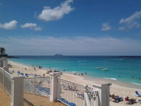 Hotel Riu Palace Paradise Island: Around the pool area
