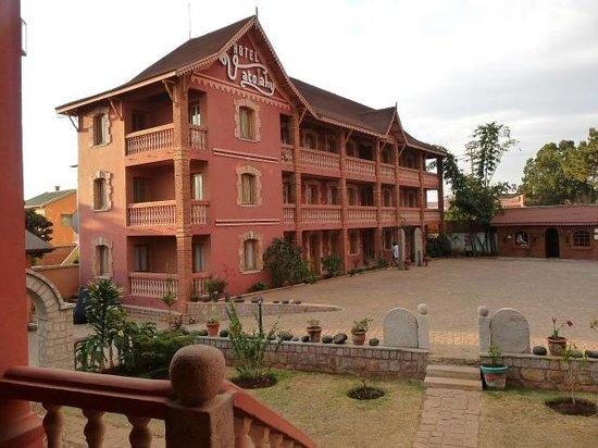 Vatolahy Hotel : Parking fermer