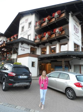 Hotel Platzl: Basement annex entrance is visible behind my daughter.