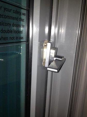 Novotel Geelong : broken door latch; so unsafe
