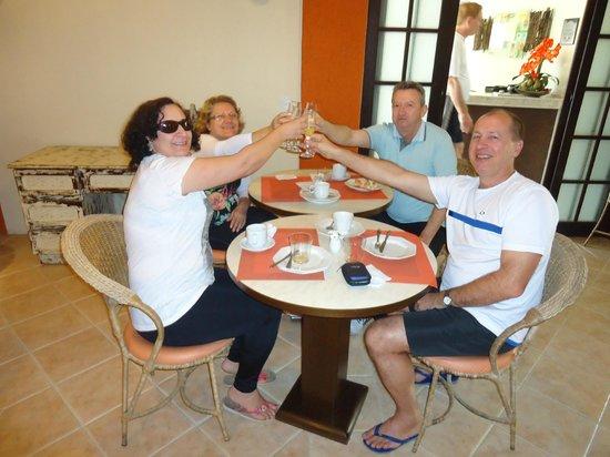 Pousada Dom Capudi: Só os ricos famosos e nós tomamos champanhe no café da manhã.Viva nós e o 100% da pousada.