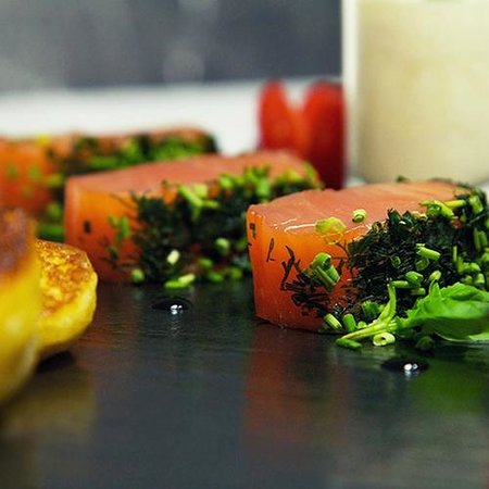 Cafe des Banques : Herb marinated salmon fillet stracciatella de buratta and home made blinis