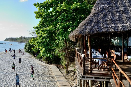 Zanzibar Ocean View: The lively beach in front of Makungu Restaurant