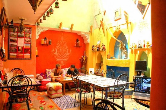 Riad Layla Rouge : Courtyard colour and murals