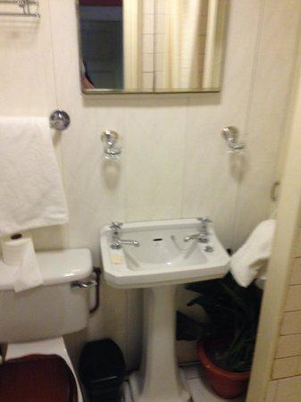 Emerson House: Shared Bathroom