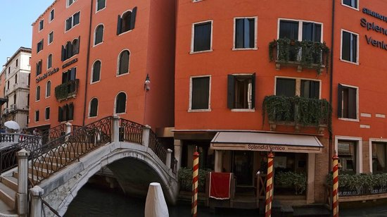 Starhotels Splendid Venice : front of hotel - bridge right next door