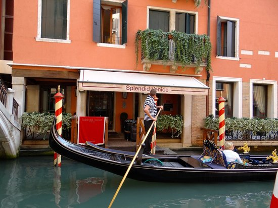 Starhotels Splendid Venice : drop off at hotel front by boat