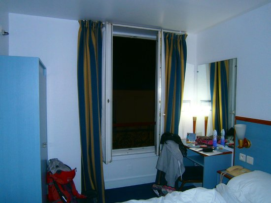 Comfort Hotel Place du Tertre: The room at night