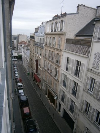 Comfort Hotel Place du Tertre: Side street view from our window