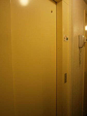 Comfort Hotel Place du Tertre: Sorry it's not a better picture, but this is the tiny lift
