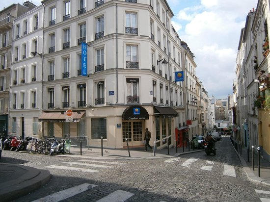 Comfort Hotel Place du Tertre: The cross roads where the hotel is located. One way streets.