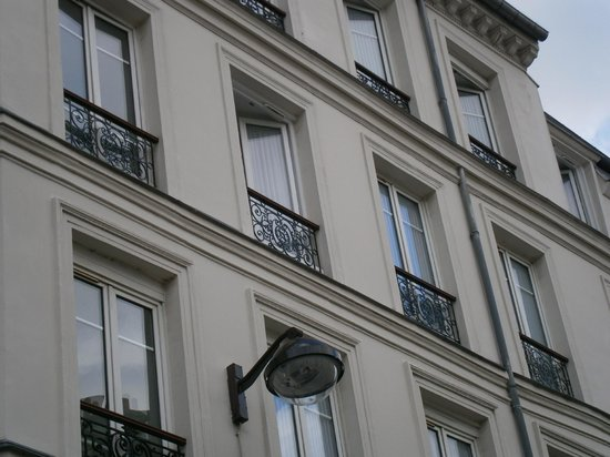 Comfort Hotel Place du Tertre: The upper side of the hotel
