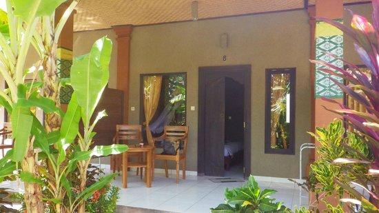 Suka Sari Cottages & Warung: terrasse sur jardin