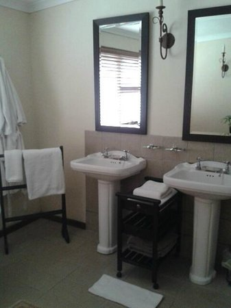 Alluvia Wine Estate: pretty, clean bathroom