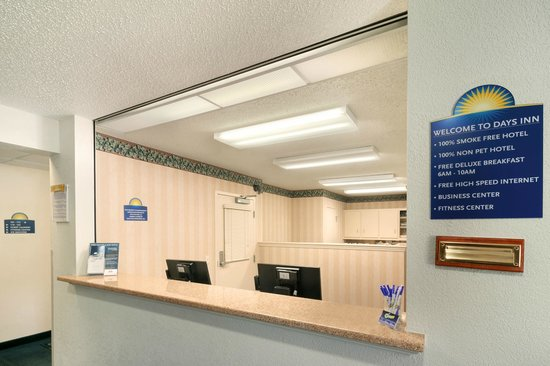 Days Inn & Suites Green Bay WI: Lobby