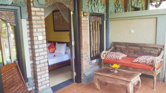 Tirta Sari Bungalows: terrasse sur jardin