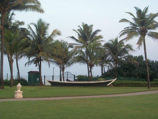 Taj Exotica Resort & Spa Goa: Garden Lawns near Beach inside hotel campus