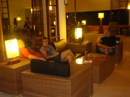 Memories Flamenco Beach Resort: Lobby at night