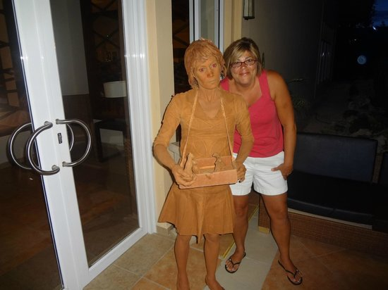 Memories Flamenco Beach Resort: Real live lady that never moved