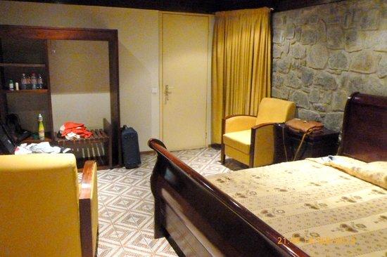Hotel Kara: Room 16 towards windows