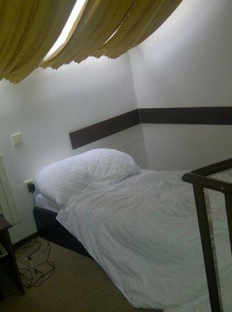 Hotel U Krize: Luz que entraba en la habitación con todo cerrado