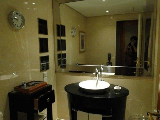 Lotte Hotel World: 30階の部屋のバスルーム