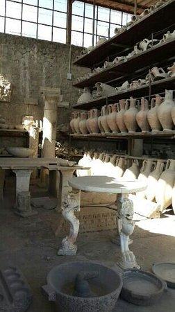 Tempio d'Iside : cerâmica conservada em pompeia