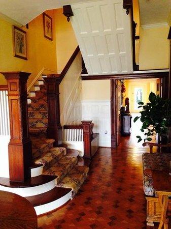 Corinthian Bed & Breakfast: The foyer