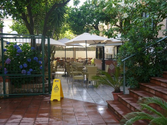 Hotel La Pergola: the outside dining area