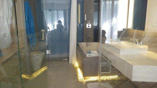 Ize Seminyak: salle de bain avec jacuzzi