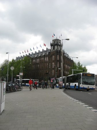 Grand Hotel Amrath Amsterdam: Front of hotel as we approached from the the train station
