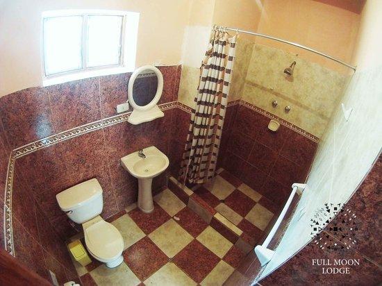 Full Moon Lodge: clean bathroom