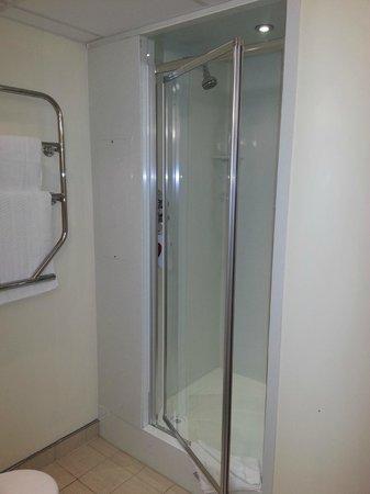 Premier Inn Dublin Airport Hotel: Shower