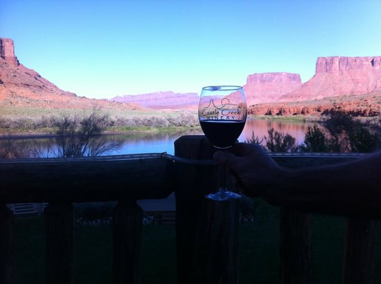 Red Cliffs Lodge: wine on the deck at sunset