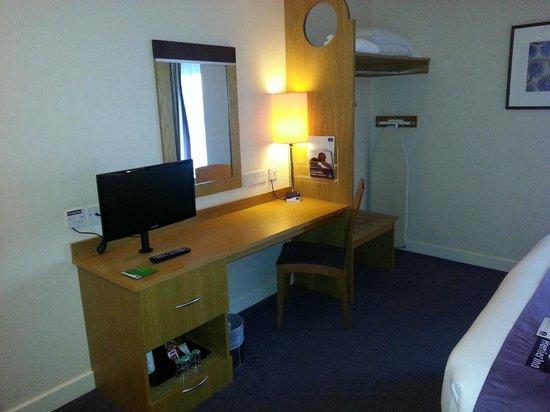 Premier Inn Dublin Airport Hotel: Desk & TV