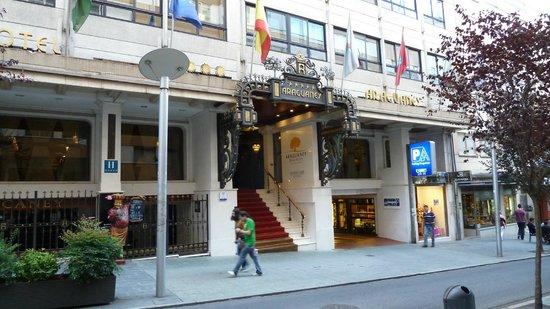 Hotel Eurostars Araguaney: Haupteingang mit Treppe