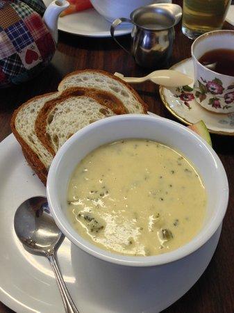 Dori's Tea Cottage & Cafe: Sandwich, soup and tea