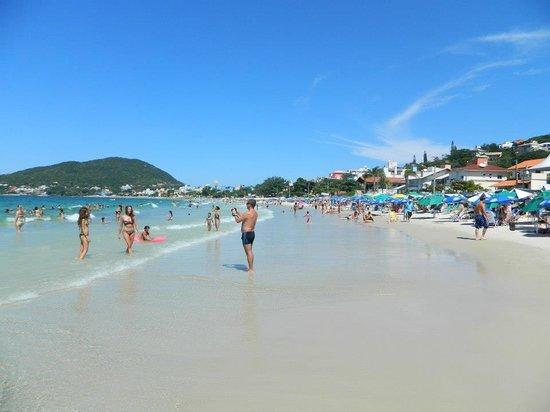 Bombinhas Tourist Hotel e Pousada: playa del hotel