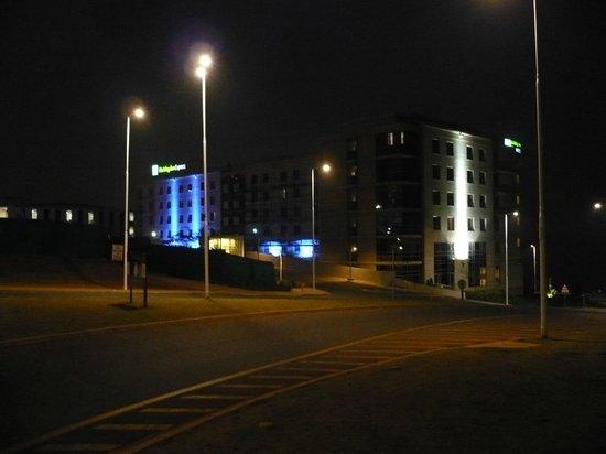 Holiday Inn Express Durban - Umhlanga: Hotel bei Nacht von der Hauptstraße aus