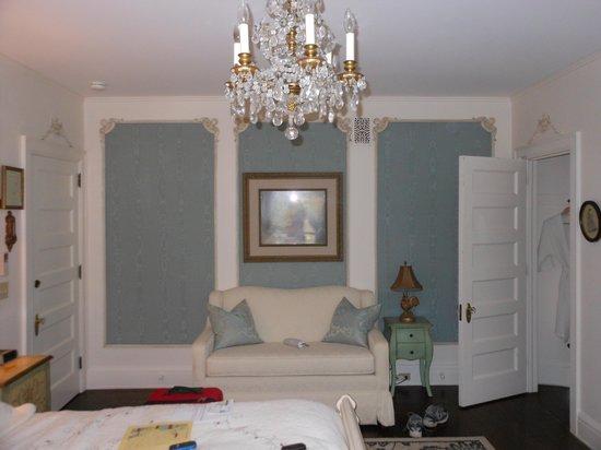 Cartier Mansion Bed & Breakfast: The blue silk room