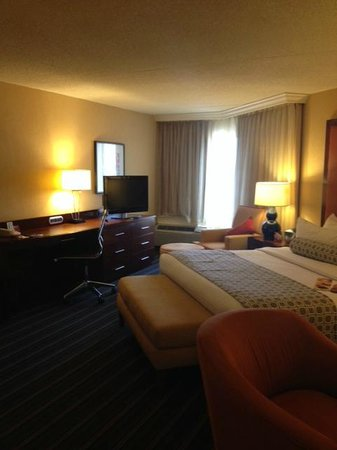 Crowne Plaza Hotel Fairfield: Desk Area Room #501