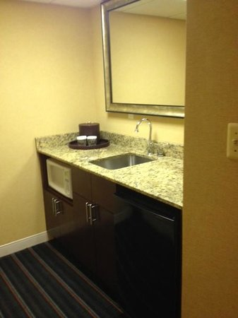 Crowne Plaza Hotel Fairfield: Wet bar area Room #501
