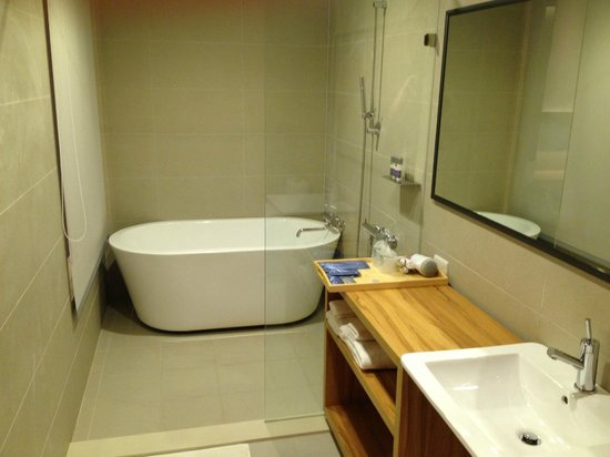 Green Hotel: spacious toilet