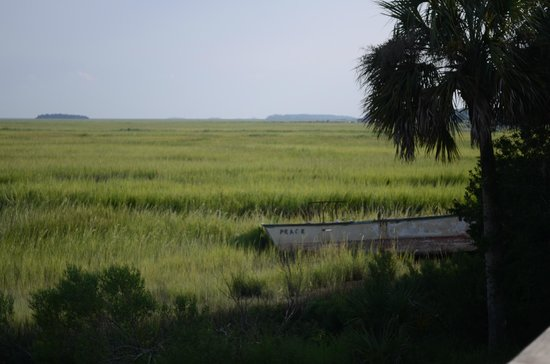 Blue Heron Inn: View of the Marsh area,an old boat from our back deck.