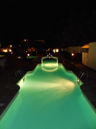 Cordial Biarritz Bungalows: Night time view of the pool